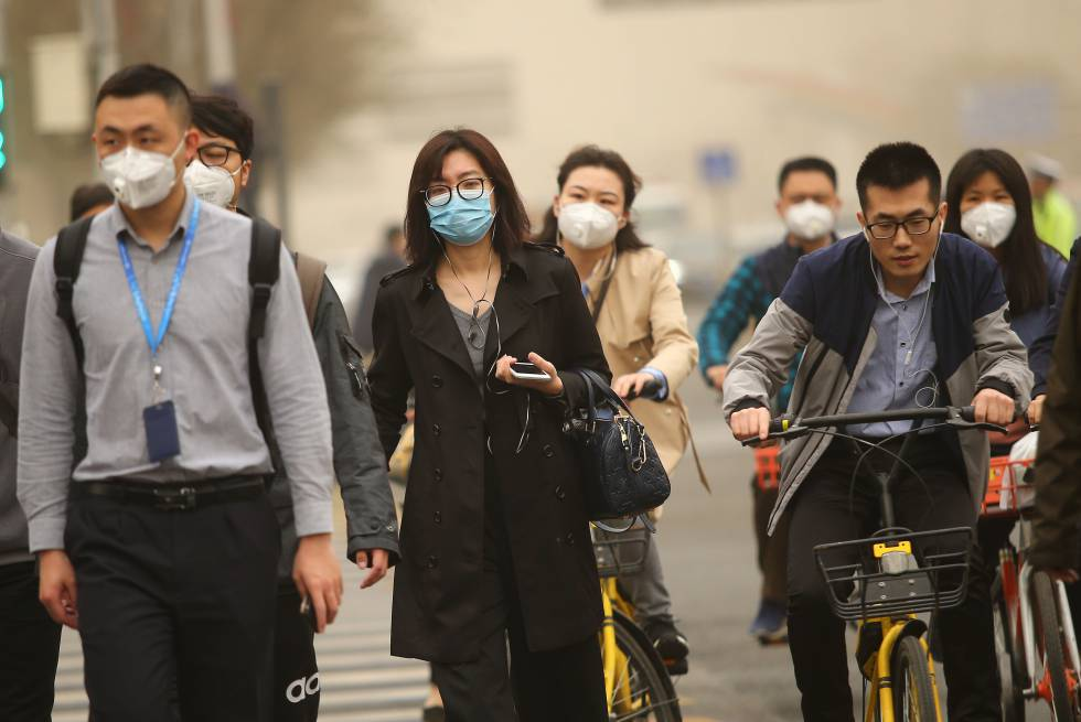 Chinese citizens with masks, in March 2018 in Beijing.