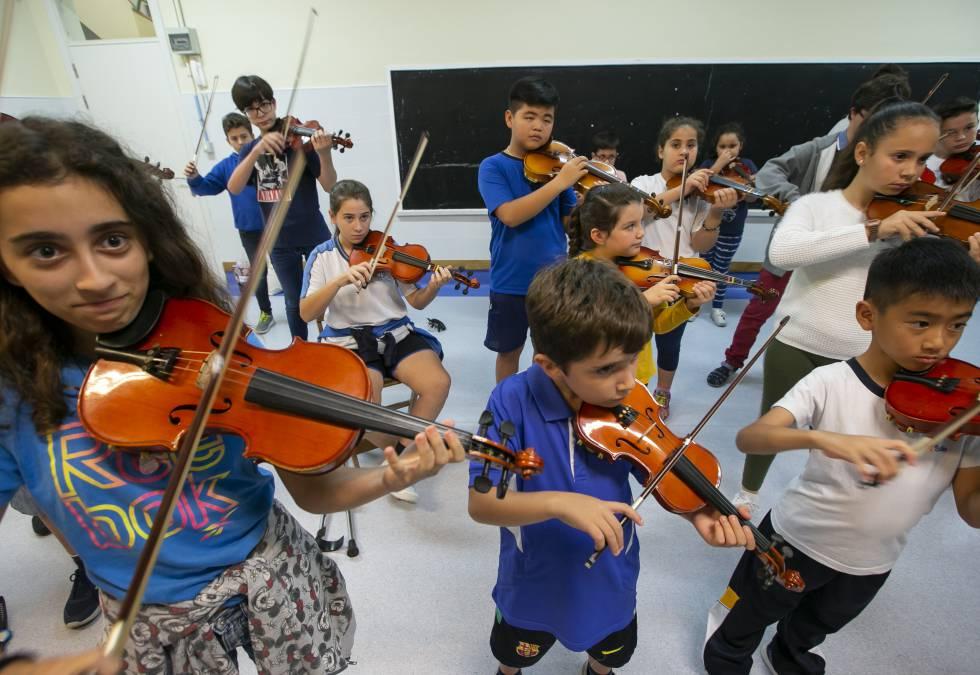 Alumnos de Barrios Orquestados en una clase del colegio público Adam Castillo de Tamaraceite (Las Palmas de Gran Canaria)