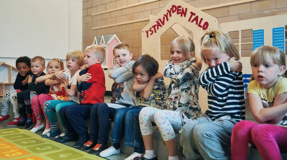 Varios niños en un aula de un colegio público de Helsinki.