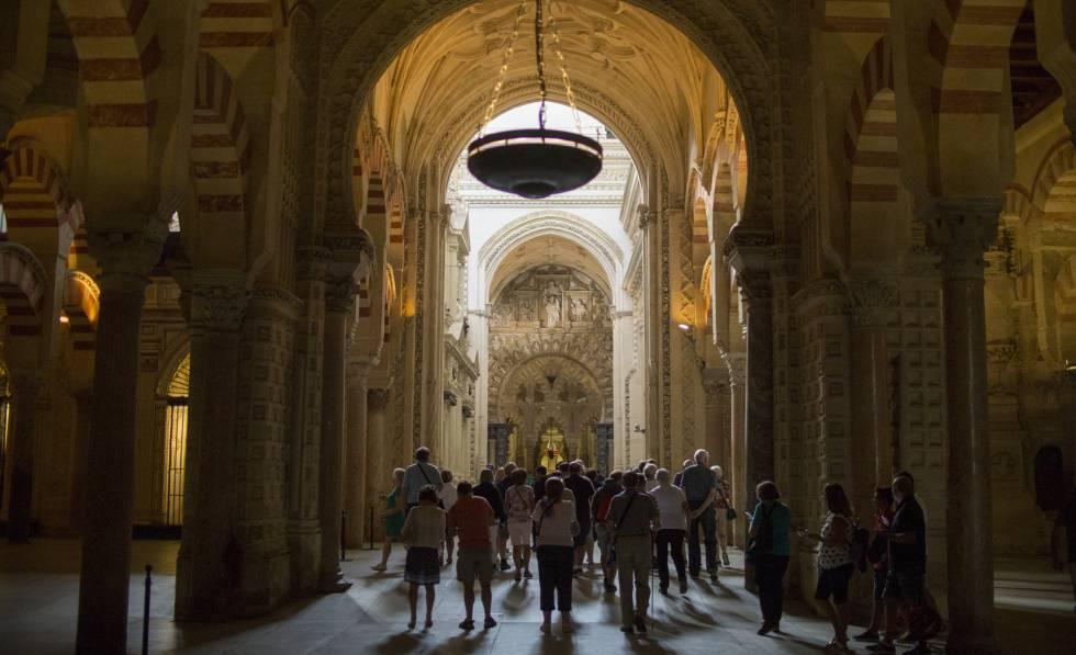 Interior de la Mezquita Catedral de Córdoba, el monumento inmatriculado por la Iglesia más conocido. rn