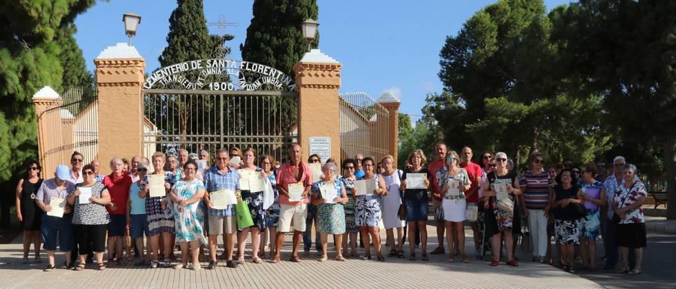 Vecinos afectados por las inmatriculaciones de la Iglesia en un cementerio parroquial de La Palma, cerca de Cartagena (Murcia).