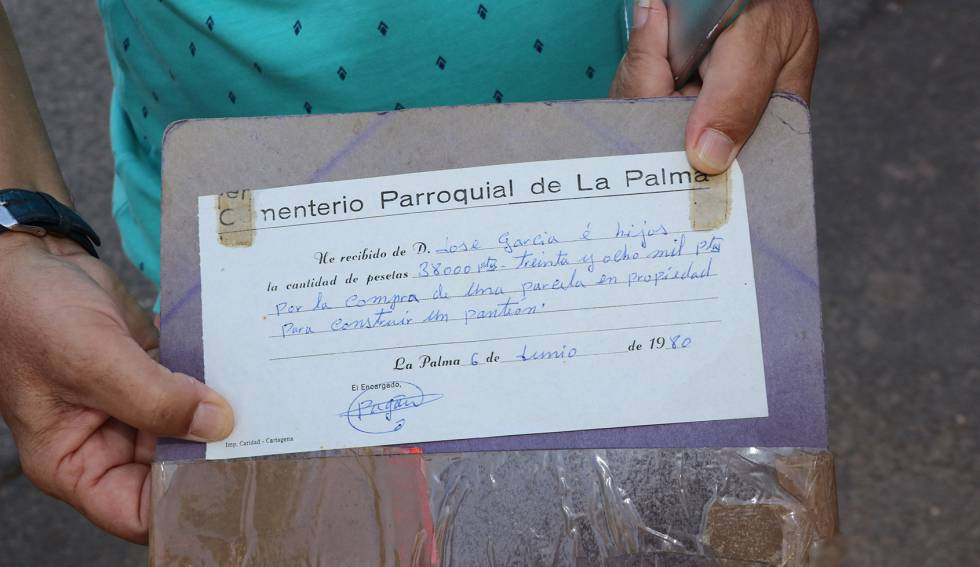 Título de propiedad de 1980 de una parcela en el cementerio parroquial de La Palma, cerca de Cartagena (Murcia).