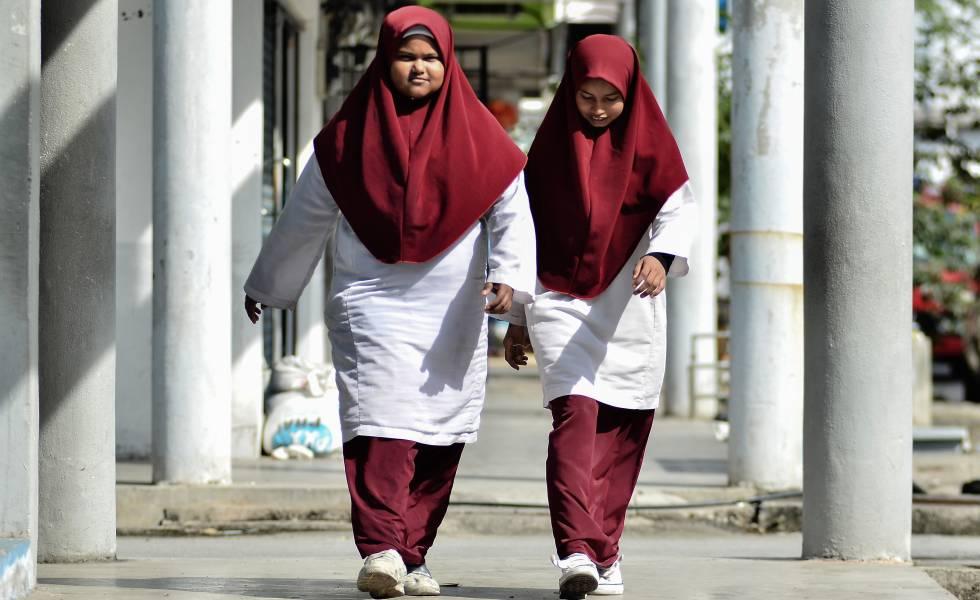 Dos alumnas de Malasia, que fue excluida del test en 2015.