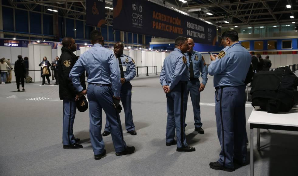 Agentes de seguridad de la ONU en uno de los pabellones de Ifema.