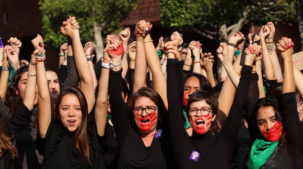 Un grupo de mujeres, en diciembre durante una protesta feminista en Ciudad de México.