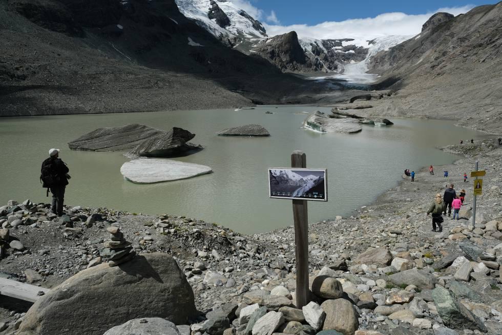 Una señal muestra el nivel del glaciar Pasterze (Austria) en 2010 y su estado el pasado verano.