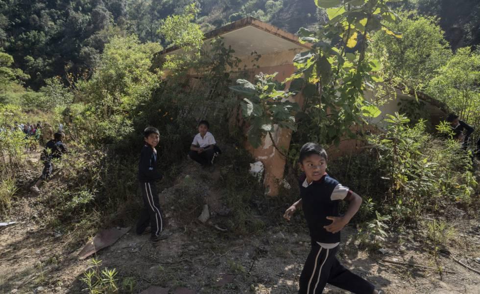 Niños de Zontecomapa frente a una de las aulas de su antigua escuela, que sucumbió al huracán en 2013.