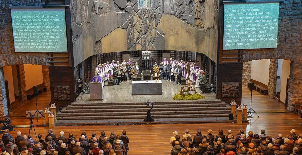 The sanctuary of Arantzazu was filled to protest the management and dogmatism of Bishop Munilla.