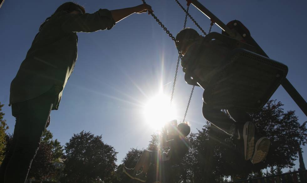 Unos padres juegan con sus hijos en un parque de Boadilla del Monte (Madrid).
