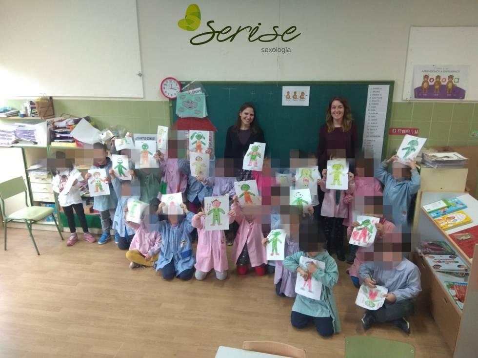 Bárbara Saenz y Ruth Arriero, fundadoras de Serise Sexología, en una sesión de educación sexual en una escuela de La Rioja.