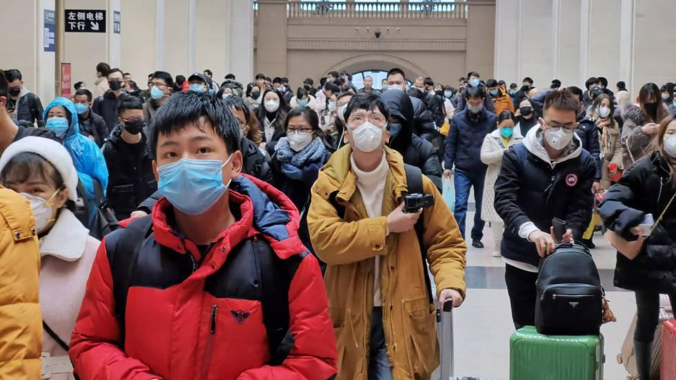 Viajeros con máscaras, este miércoles en la estación de tren de Wuhan.