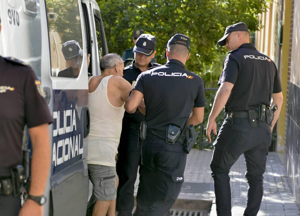 Un hombre que asesinó presuntamente a su mujer en Jaén en agosto sale de un furgón policial.