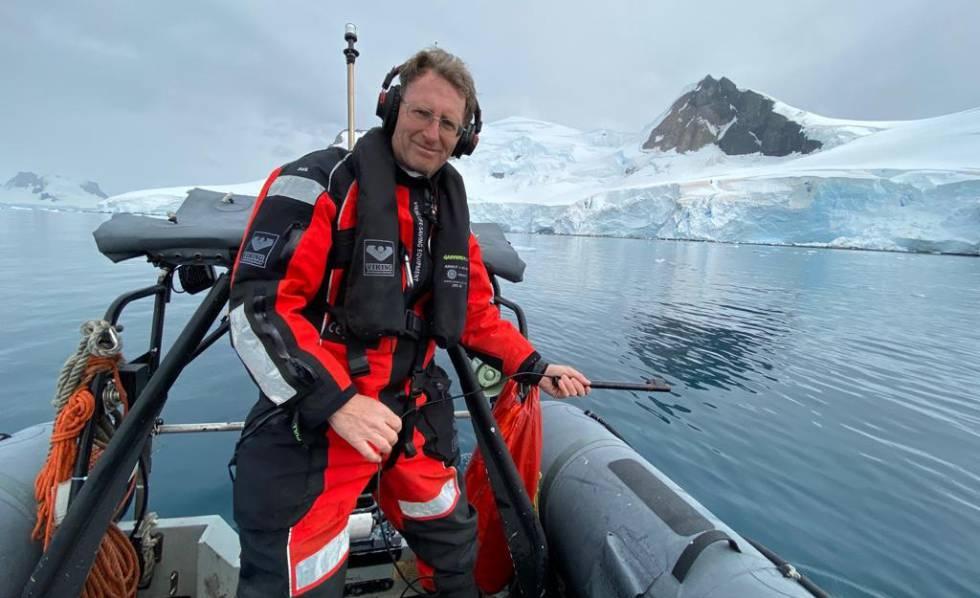 Un biólogo marino que escucha ballenas.