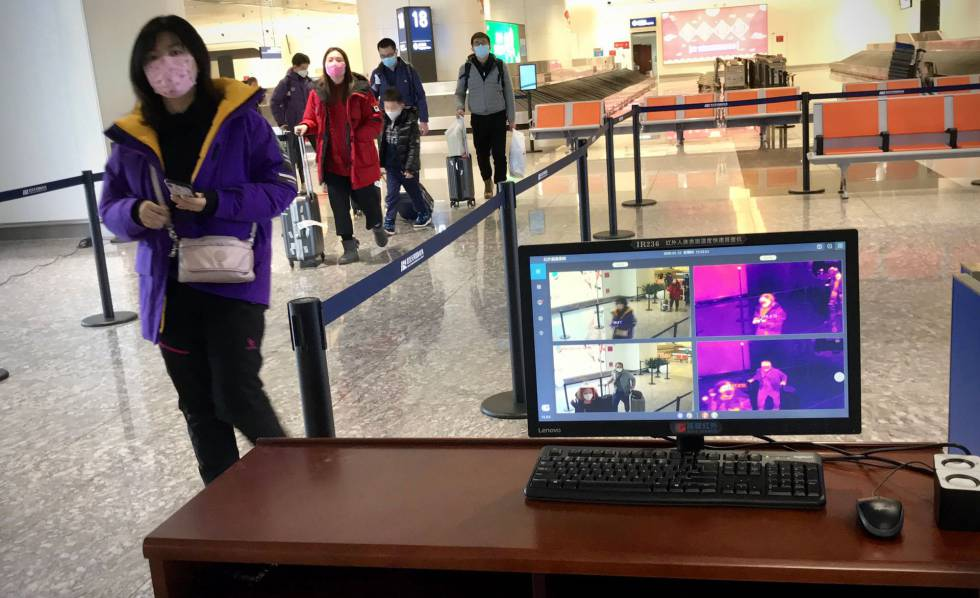 Escáner a la llegada al aeropuerto de Wuhan, epicentro de la epidemia.