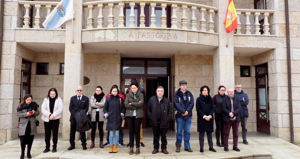 Minuto de silencio en el exterior de ayuntamiento de A Pastoriza (Lugo), este domingo.