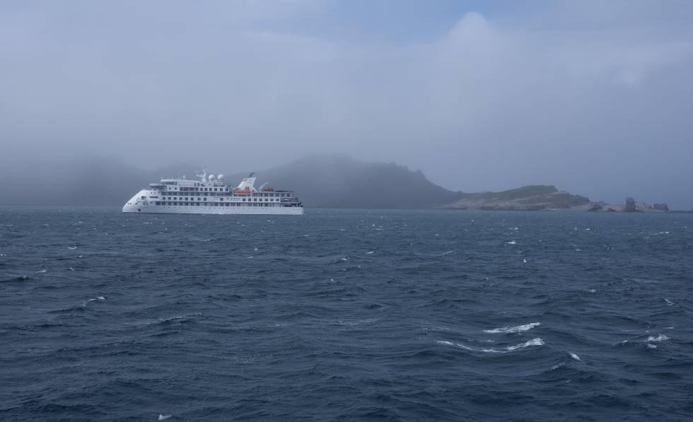 Un crucero frente a Punta Hannah, una de las islas de la Antártida.