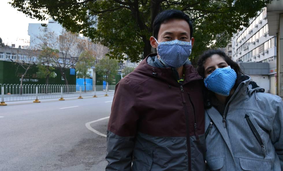 El ciudadano chino Sun Naitian junto a la española Dácil Sánchez, su esposa, en Wuhan.