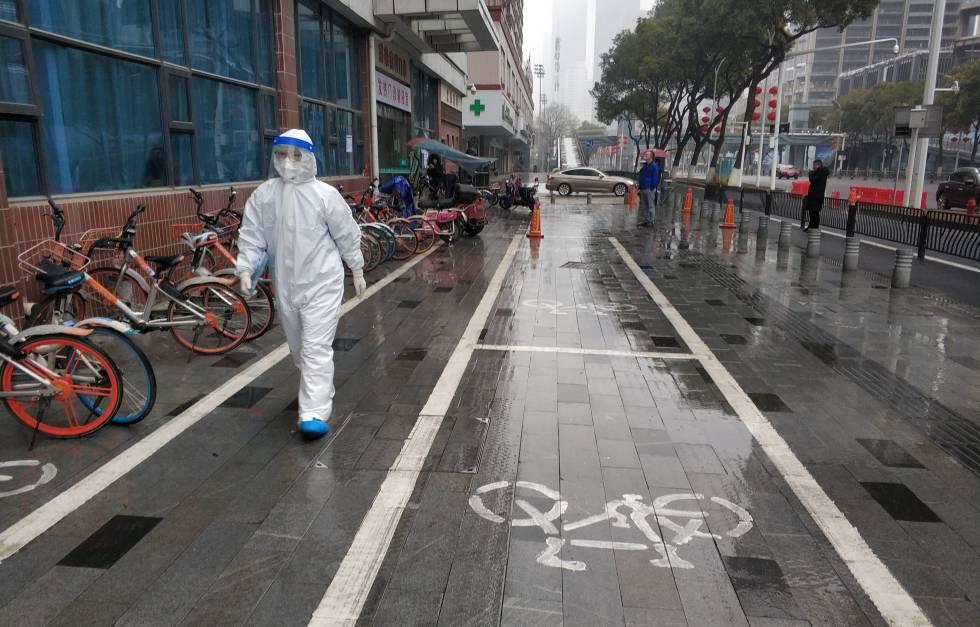 Un miembro del personal sanitario en Wuhan, China.
