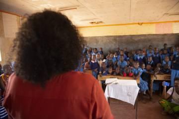 Asha imparte un taller en Nairobi (Kenia) a niñas con riesgo de sufrir ablación.