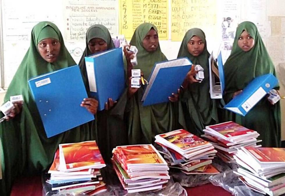 Niñas asisten a uno de los talleres que imparte la ONG.