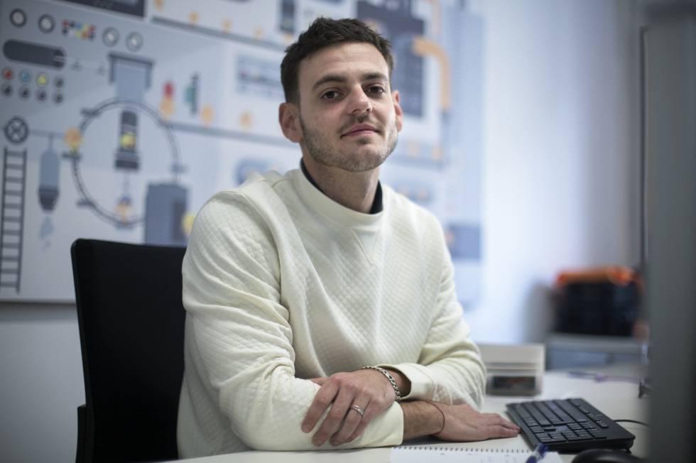 Elías Martínez, superviviente de leucemia, en la Fundación Josep Carreras.