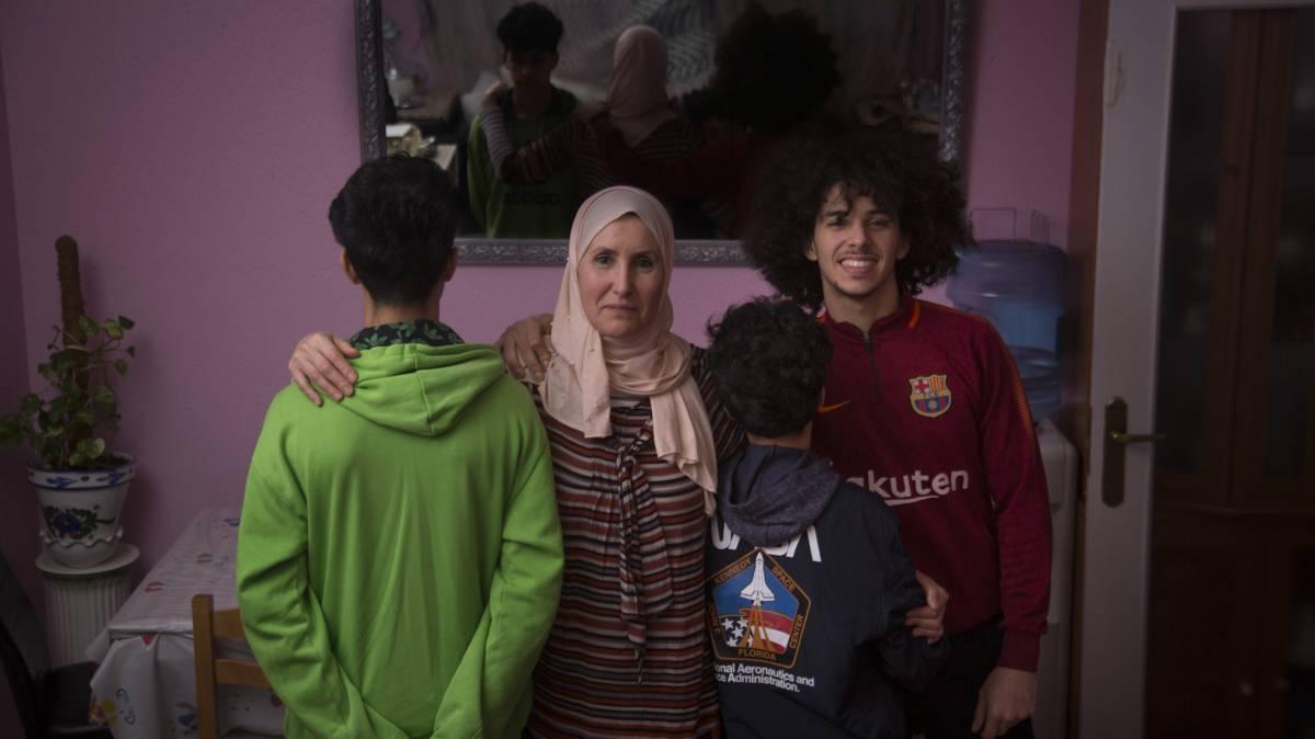 Chamsoadoha Saidi y su hijo Walid Azouaoui, de frente, en Leganés.