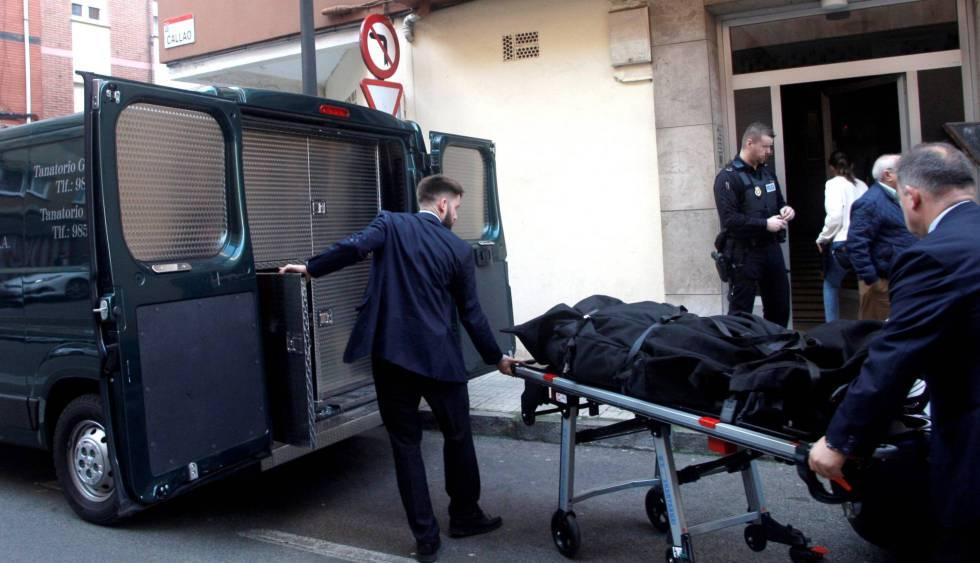 Traslado del cadáver de la mujer hallada muerta este pasado lunes en Gijón.