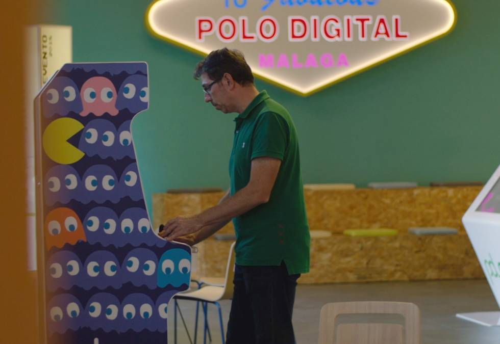 Francesco jugando al Pac-Man.