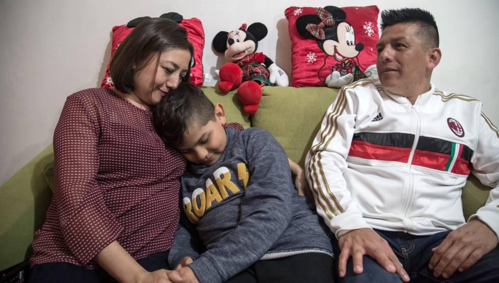 Álex Hernández, enfermo de leucemia en fase de vigilancia, con sus padres Blanca y Omar.