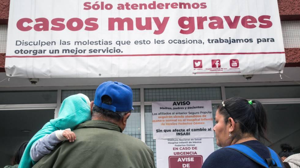 Crisanto y Maricruz Flores acompañan a su hija Cristal al Hospital Infantil de México para una ronda de quimio.