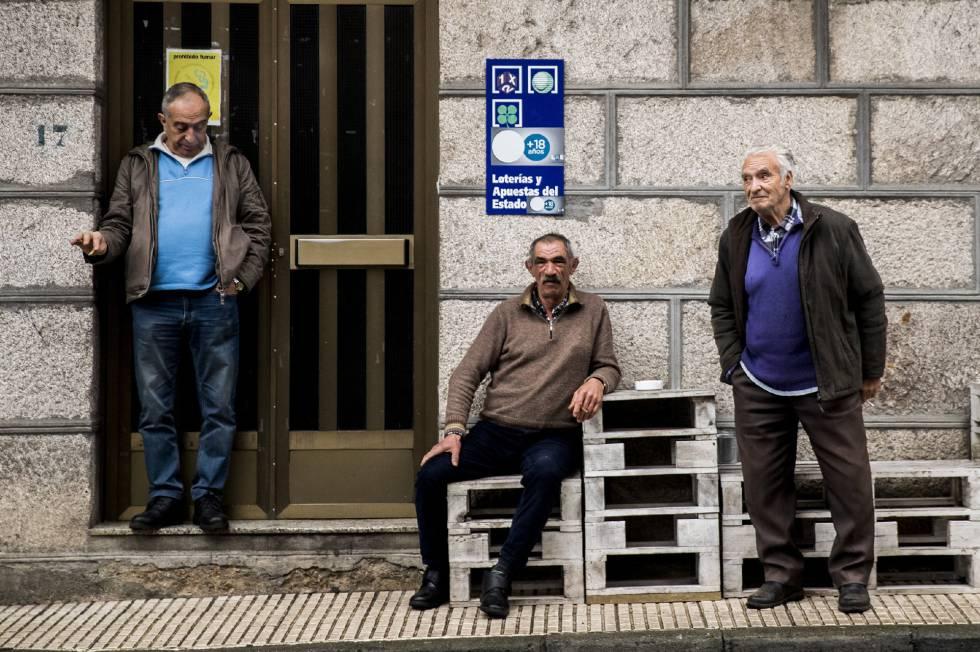 Vecinos de O Irixo (Ourense), una de las demarcaciones donde más mayores hay censados.