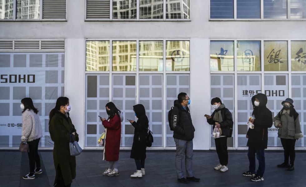 Trabajadores a la puerta de su oficina en Pekín.