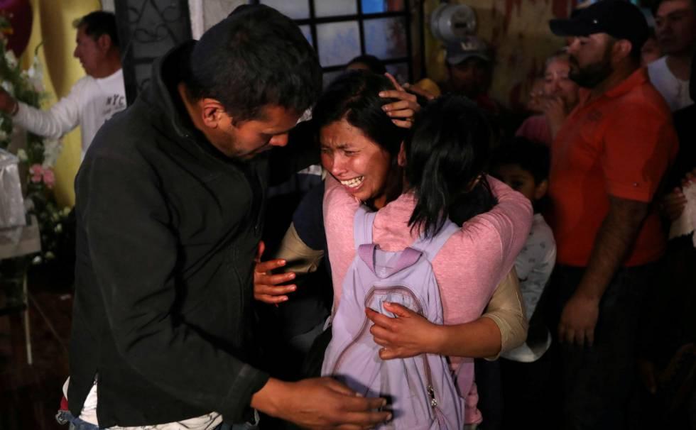 Maria Magdalena, madre de Fátima, es consolada durante los funerales de la niña.