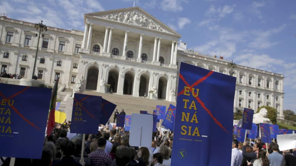 Manifestantes protestan frente al Parlamento de Portugal contral la nueva ley de eutanasia.