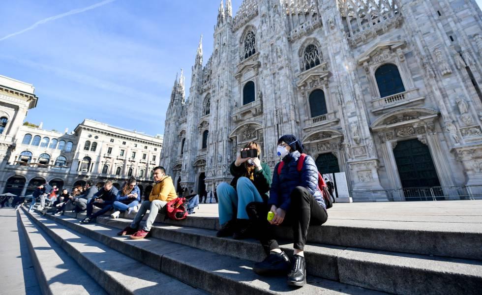 Turistas en el Duomo de Milán este lunes.
