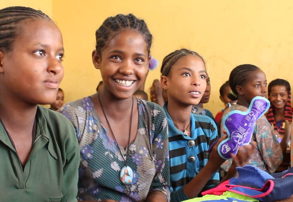 Jóvenes reciben los productos de Be Girl en Mozambique.