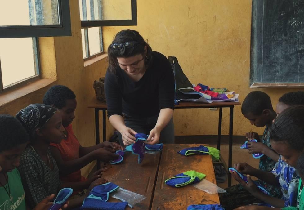 Diana Serra muestra las braguitas con un bolsillo en el que colocar material absorbente.