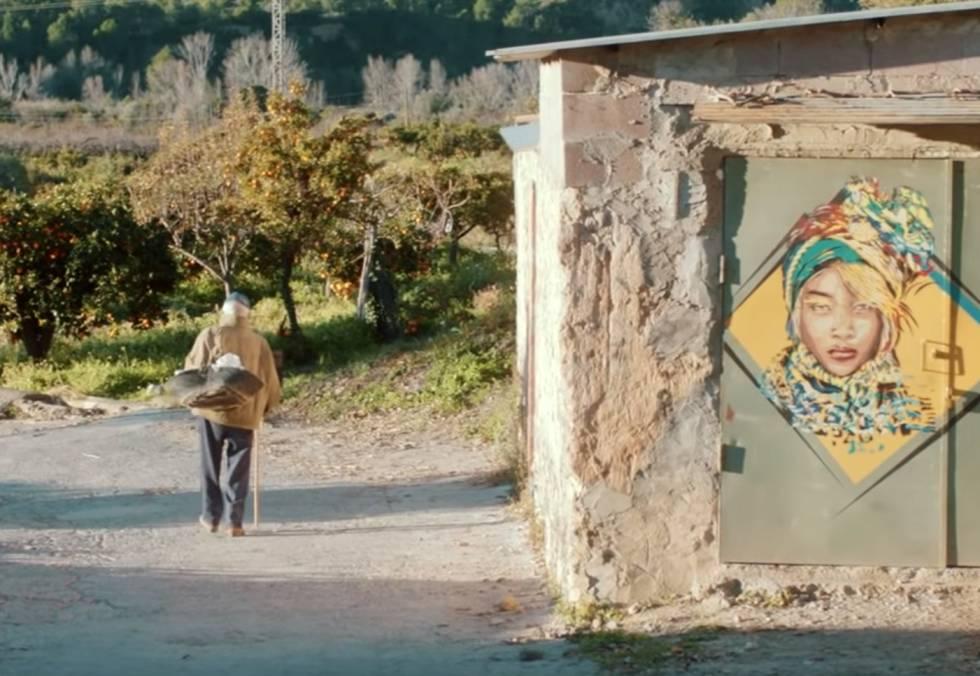 Vecino caminando en las afueras de Fanzara.