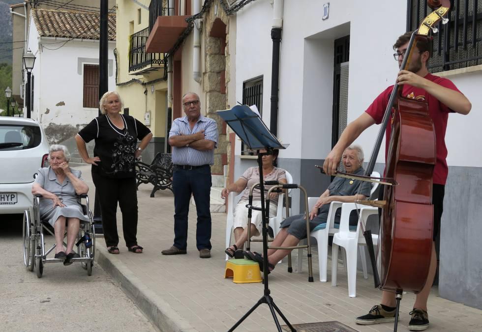 Vecinos de Fanzara disfrutando de un concierto durante el festival.