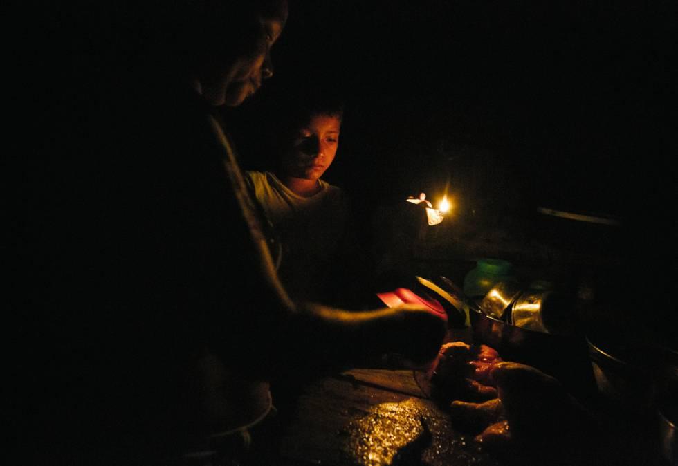 Una familia en la ribera del Amazonas utiliza una lámpara de queroseno.
