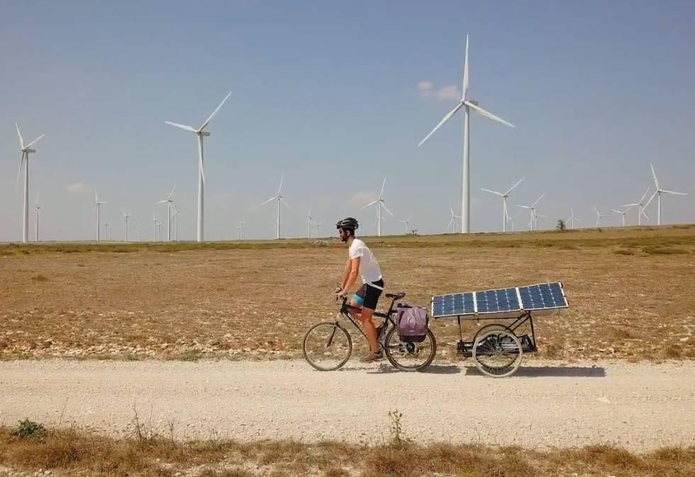Eugenio recorriendo España en su bicicleta solar.