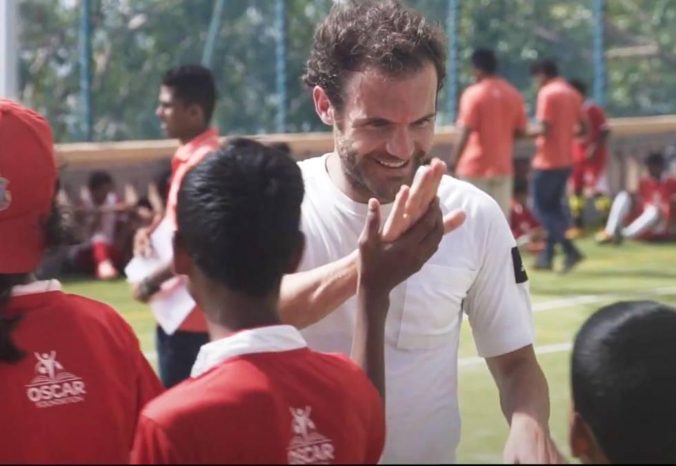 Juan Mata tras un partido de fútbol en Mumbái organizado por la Fundación Oskar, a la que dirige parte de su sueldo.
