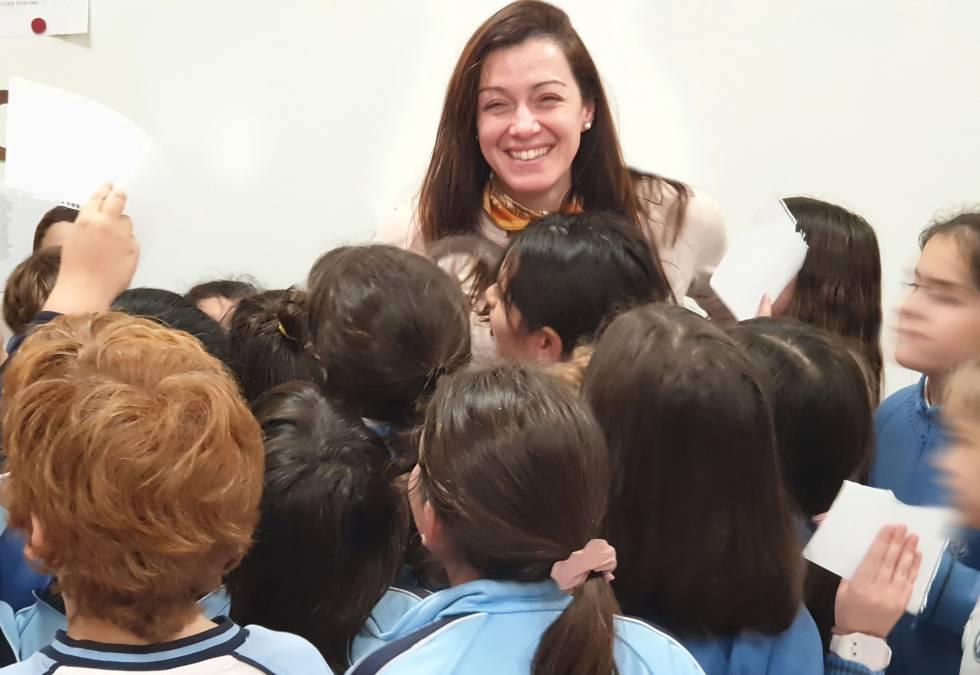 Luz Rello, fundadora de la organización Change Dyslesxia, rodeada de niños.