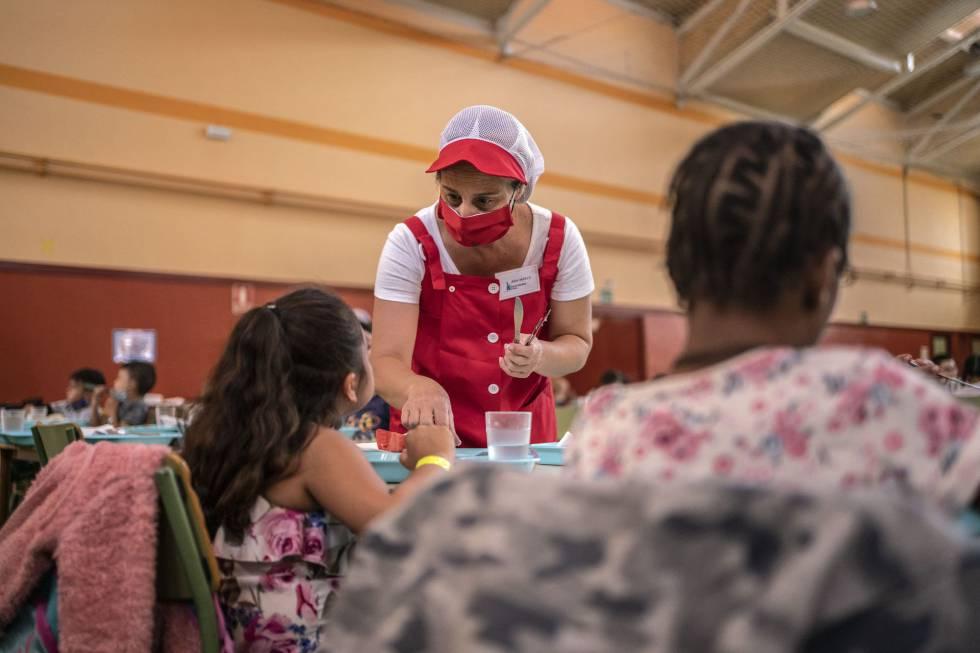 En el colegio Eduardo Rojo han instalado un comedor en el gimnasio para poder ampliar el espacio destinado a las comidas, y asi evitar que haya muchos menores en una misma sala y un posible contagio por Covid-19.