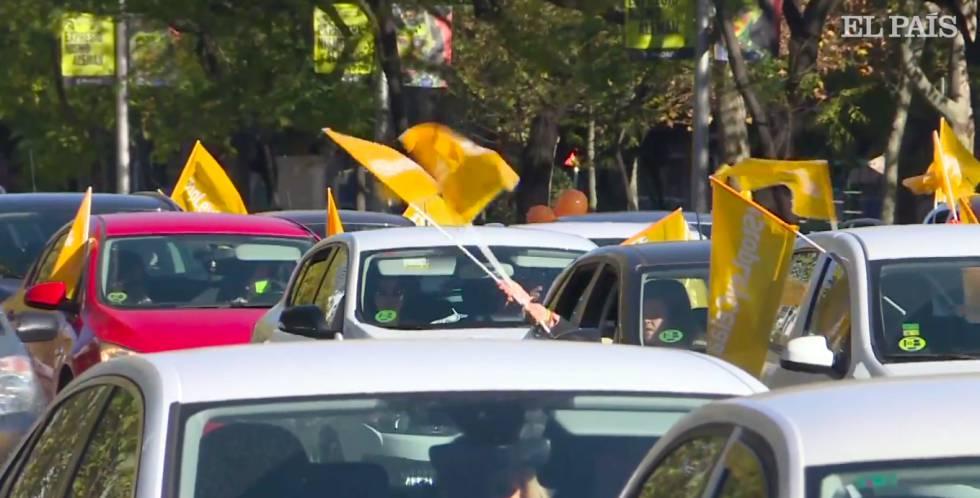Varios vehículos en la Castellana el domingo en la marcha contra la Ley Celaá.