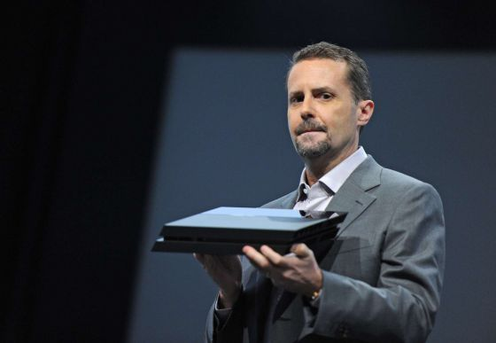 Andrew House, CEO de Sony, con un PS4.