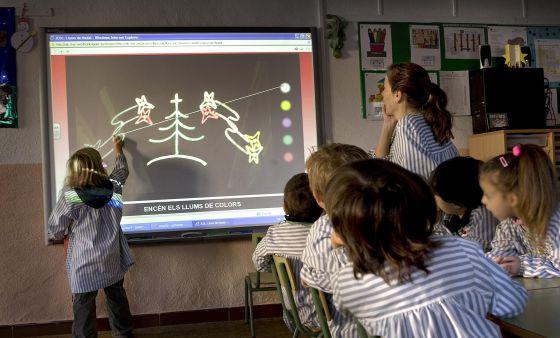 Alumnos de primaria de la escuela Sant Jordi de Vilassar de Dalt (Barcelona) utilizan una pizarra digital.