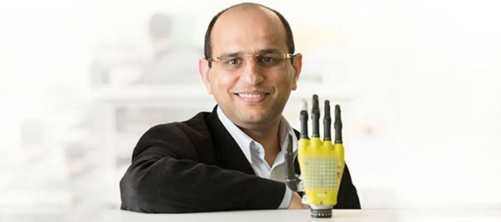 Ravinder Dahiya posa con una prótesis hecha con piel artificial de grafeno.