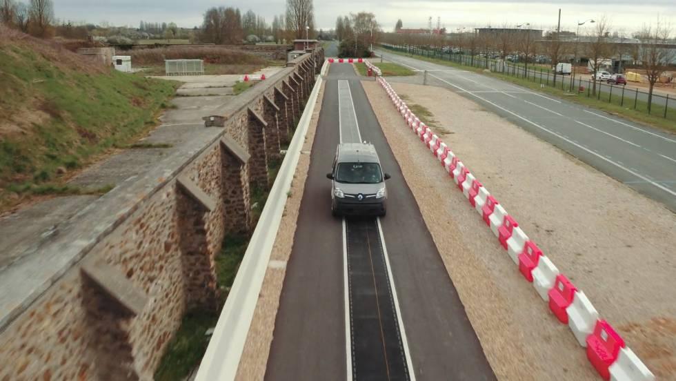 La carretera que carga las baterías de los coches eléctricos mientras circulan
