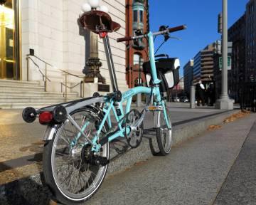 Una bicicleta plegable.